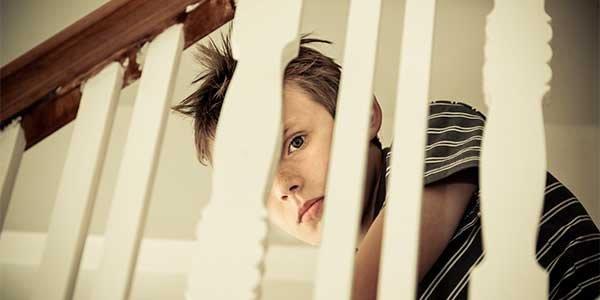 ataques de asma Infantil usando un purificador de aire en su cuarto.